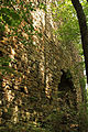 Burgruine Steinegg - Mauer mit Torbogen im Nordosten.jpg