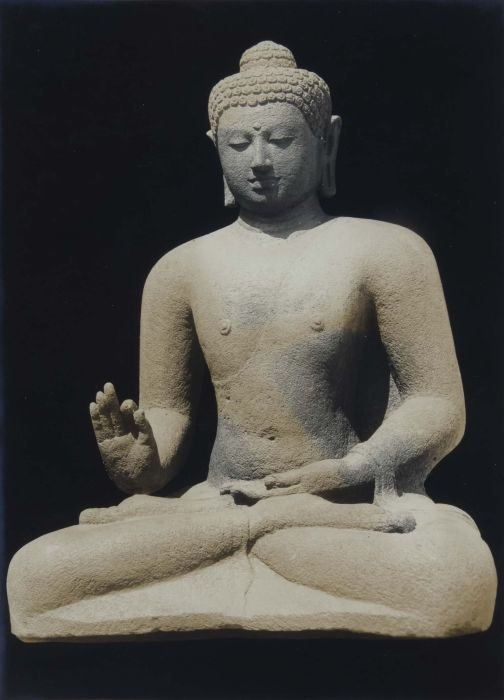 COLLECTIE TROPENMUSEUM Boeddhabeeld van de Borobudur voorstellende Dhyani Boeddha Vairocana TMnr 60048721.jpg