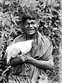 COLLECTIE TROPENMUSEUM De jonge 'Hawoek' (met ringworm bij zijn elleboog) wil de kip aan zijn heer verkopen Boeroe TMnr 10005667.jpg
