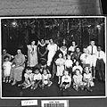 COLLECTIE TROPENMUSEUM Groepsportret tijdens een bezoek van Sinterklaas en Zwarte Piet TMnr 60029823.jpg