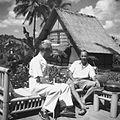 COLLECTIE TROPENMUSEUM Rudolf Bonnet en Paul Spies met op de achtergrond het atelier van Bonnet TMnr 60030480.jpg