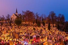 Celebración de Todos los Santos, cementerio de la Santa Cruz, Gniezno, Polonia, 2017-11-01, DD 10-12 HDR.jpg