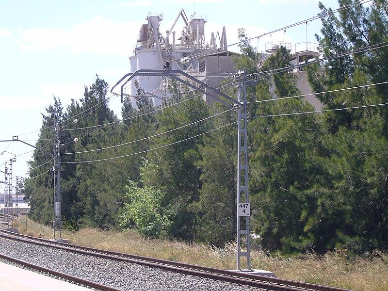 Vista parcial de las instalaciones de la cementera de San Vicente del Raspeig (Alicante) desde el apeadero del tren cercanías de la localidad.