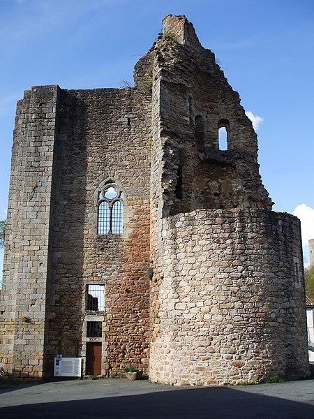 Fichier:Châlus, Haute-Vienne, France, château de Châlus-Maulmont.JPG