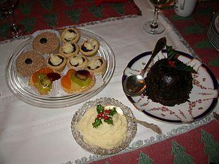 Una tavola con il Christmas pudding