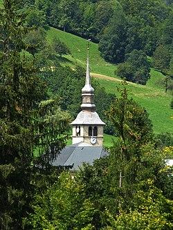 Le clocher de l'église de Cordon et la route à la sortie de Cordon vers Sallanches.
