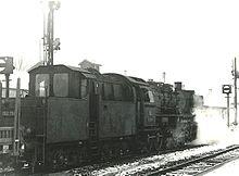 La locomotiva DB 052 759 nel febbraio 1973 a Craisheim in testa a un treno merci, con un tender DB 2'2'T26Kab con cabina per il personale di scorta del treno.