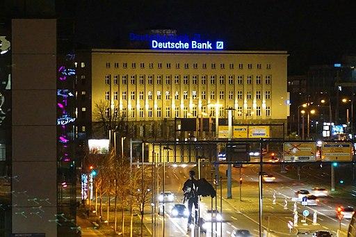 Das nach einem Entwurf des Architekten Erich Basarke von 1921 - 1926 gebaute Bankgebäude der Deutschen Bank AG am Falkeplatz in Chemnitz
