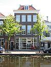 foto van Hoog herenhuis van parterre met twee verdiepingen en dwars schilddak. Breedte vier vensterassen
