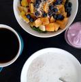 Desayuno de avena, yogurth, café y ensalada.png