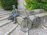Die Skulptur eines Briefträgers in Uniform mit Fahrrad, Bild 04.jpg