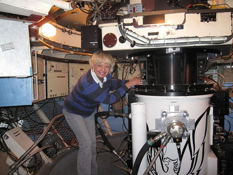 Андреа Дюпре налаштовує близькоінфрачервоний спектрограф PHOENIX (з архіву Смітсонівського інституту).