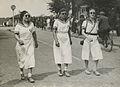 """Drie deelneemsters in """"Marine""""kledij onderweg tijdens een wandeltocht. Ze dragen – F42256 – KNBLO.jpg"""