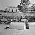 Een toezichthouder bij het graf van de filosoof en arts rabbi Maimonides met de , Bestanddeelnr 255-4104.jpg