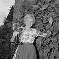 Erika Klein poseert met glas moezelwijn voor een muur begroeid met druiven, Bestanddeelnr 254-4641.jpg