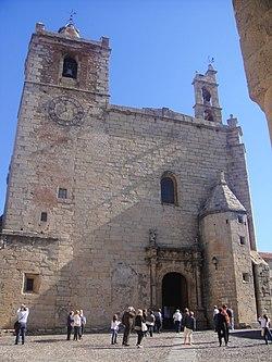 Fachada principal. Iglesia de San Mateo de Cáceres.JPG