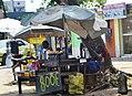 Femme qui vend l'huile de moteur dans la rue.jpg