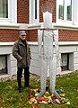 Frank Popp mit seiner Skulptur YouDu, androgyne mit Eiswürfeln gefüllte Figur, Ausstellung Wintergärten V - H2O, Güntherstraße Hannover Waldhausen.jpg