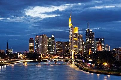 Frankfurt Am Main-Stadtansicht von der Deutschherrnbruecke am fruehen Abend-20110808.jpg