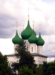 Green domes of the Fyodorovskaya Church in Yaroslavl (1687)—the height of the main drum and dome exceeds the height of the main cube of the church