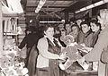 Gneča v trgovinah v prednovoletnem času 1959.jpg