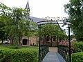 Hervormde kerk in Oudenhoorn met brug.jpg