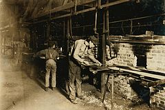 Hine - Putting bottles into annealing oven, 1908.JPG