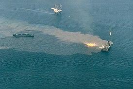 Тушение горящей нефти на месте выброса из скважины