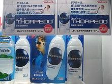 Des bouteilles de boisson portant la marque Torpedo, avec des affiches représentant Thorpe.