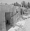 Ingangen naar ondergrondse kamers in een opgraving van het Sanhedrin (Joodse ger, Bestanddeelnr 255-2404.jpg