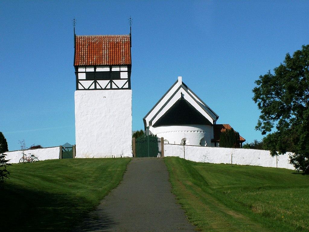 Jeden z ładniej położonych kościołów - panoramio.jpg