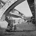 Jerzualem. Woningen in een straat in de wijk Mea Shearim - de honderd poorten, Bestanddeelnr 255-0405.jpg