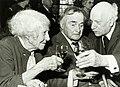 Kees Verwey heft het glas met de actrice Jaqueline Royaards en de dichter Adriaan Roland Holst.jpg