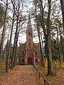 Kościół w Nowej Wsi. Za kościołem - zabytkowy cmentarz. - panoramio.jpg