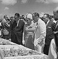 Koninklijk bezoek aan Aruba, koningin Juliana en prins Bernhard bekijken produkt, Bestanddeelnr 918-2630.jpg