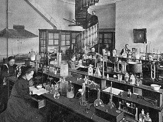 Vera Yevstafievna Popova - Students at the Bestuzhev Courses' chemistry laboratory
