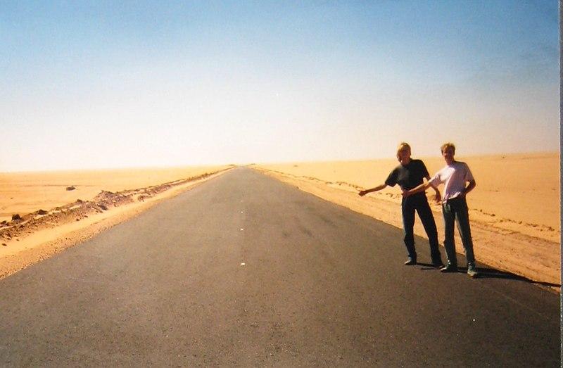 File:Liften in de woestijn.jpg