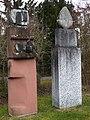 Lorenz Balmer (1916–2004), Helene Balmer (1925), Frau mit Weihgabe und Wächter, 1993, Friedhof am Hörnli, Basel.jpg
