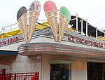 Luna Park Ice Cream Parlour (30728135666).jpg