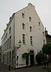 foto van Huis, met aan de straat lijstgevel (onder een dak met nr 4), met segmentboogingang en vensters in hardsteen.