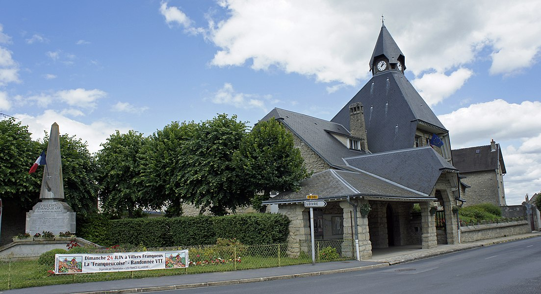 Mairie et monument aux morts à Villers-Franqueux.
