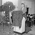 Man staand achter een met tapijt bedekt katheder, Bestanddeelnr 255-8515.jpg