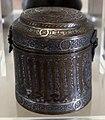 Manifattura siriana o egiziana, scatola cilindrica con coperchio, in ottone ageminato in argento, 1300-50 ca.jpg
