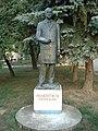 Milentije Popović, spomenik u dvorištu srednjih škola u Vlasotincu.jpg