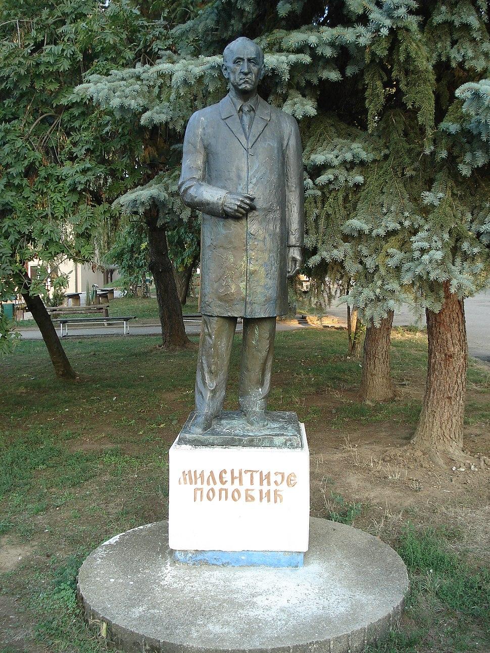 Milentije Popović, spomenik u dvorištu srednjih škola u Vlasotincu