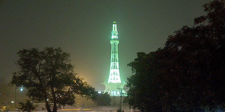 Minar-e-Pakistan at night Taken on July 20 2005.jpg