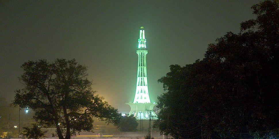 Minar-e-Pakistan at night Taken on July 20 2005.jpg