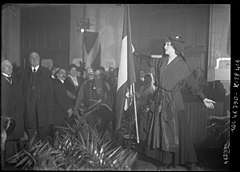 Nelly Martyl sings La Marseillaise at a Scottish hospital during World War I - Original.jpg