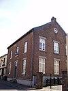 foto van Bakstenen huis met verdieping en zadeldak