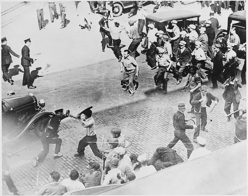 Open battle between striking teamsters armed with pipes and the police in the streets of Minneapolis, 06-1934 - NARA - 541925